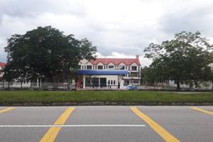 Perhentian bas di seberang pintu masuk utama UMP Gambang
